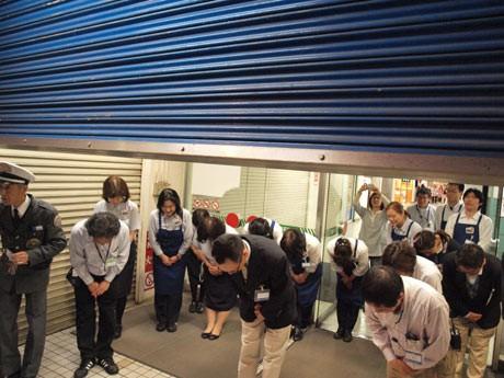 橋本店長らスタッフが最後の買い物客を送り出し、西友横須賀店のシャッターが閉じられた