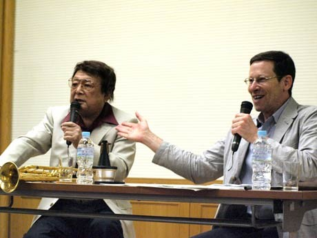 横須賀出身のジャズメン・渡辺正典さん(左)、ジャズ評論家のバーリット・セービンさんが戦後ジャズストーリーを語り合った
