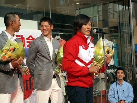 さいか屋横須賀店で、ロンドン五輪に初出場する須長由季選手、セーリング男子選手らの激励会が行われた