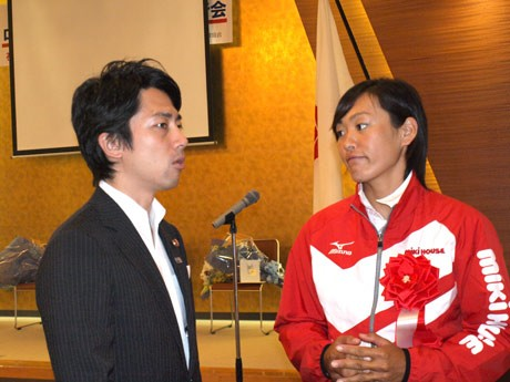 ロンドン五輪壮行会で、熱心に話し込む小泉進次郎議員、五輪代表の須長由季選手