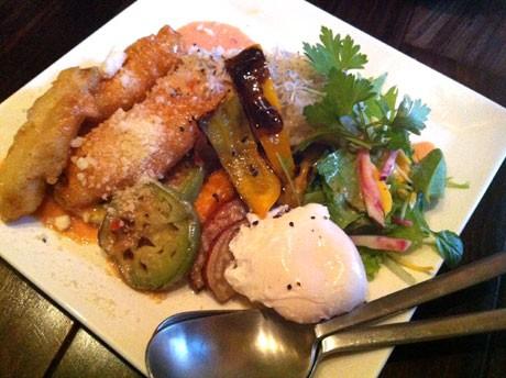 横須賀産の地魚・地野菜を使った「横須賀ごはん」。写真は汐入・カギロイの「シーフードロコモコ」
