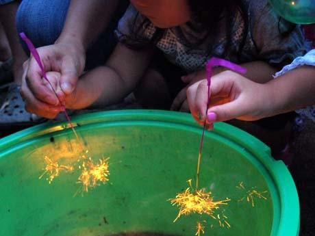 線香花火の火玉の持続を競い合う「線香花火大会」