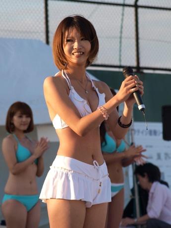 「Save the Beach in 横須賀」、ビーチクイーン・コンテスト。自己PRタイムで特技や海を愛するコメントなどを披露する参加者(前回の様子)