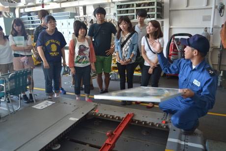 海上自衛隊横須賀基地を訪問し、護衛艦を見学する立教大学の学生たち