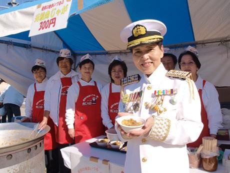 海軍発祥の肉じゃがをPRする「まいづる肉じゃがまつり実行委員会」のメンバー