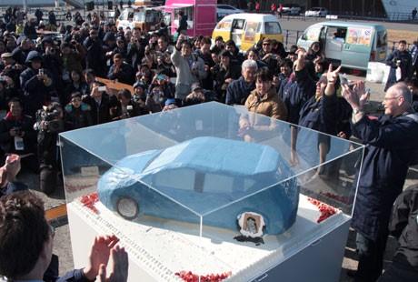 「日産リーフ」を模したケーキで、2周年を祝う国内外のリーフ・オーナーら