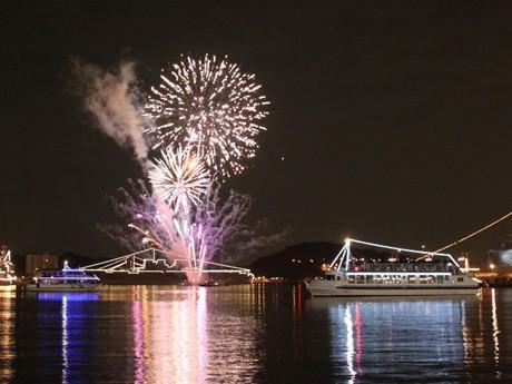 日米艦船イルミ、年越し花火を打ち上がる「よこすかカウントダウン」(前回の様子)