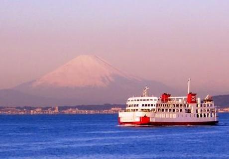 横須賀と房総半島を結ぶ東京湾フェリーで、初日の出とともに赤富士が見える