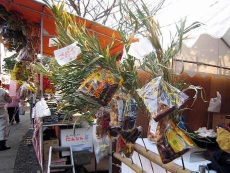 「武山初不動」には縁日屋台も並び、笹に付いた「麩(ふ)菓子」が販売される。