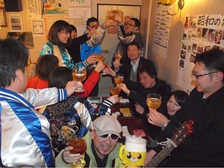 ご当地ドリンク「横須賀ブラジャー」で乾杯するちょい呑み参加者たち(若松マーケットのバー「サタン」で)