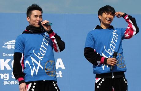 地元・横須賀の中学生たちに語りかけるEXILEのTETSUYAさん(左)、KENCHIさん