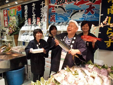 市場のように威勢の良い掛け声が飛び交う鮮魚コーナー