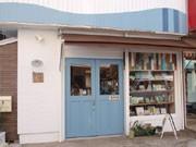 横須賀に絵本カフェ「うみべのえほんや ツバメ号」-世界各地の絵本並ぶ