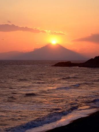 横須賀西海岸から見た「ダイヤモンド富士」。4月12日、17時57分。峯山バス停付近で。(撮影=広田行正さん)