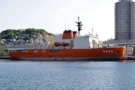 海自・横須賀基地に帰港した南極観測船「しらせ」
