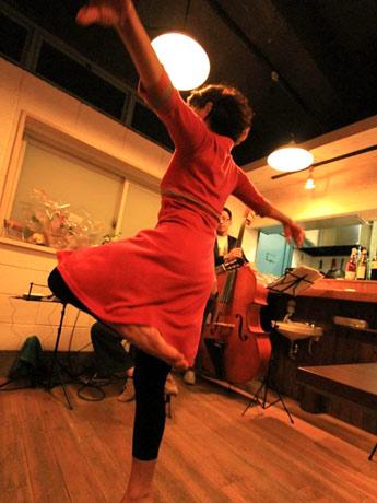1畳分の小さな空間でダンスを披露する清藤美智子さん