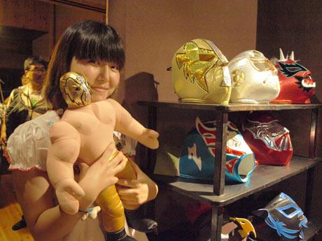 メキシコプロレス「ルチャリブレ」のマスクやレスラー人形を持ち帰り、旅の土産話を披露した寒川奏さん