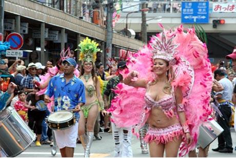 追浜銀座通りが歩行者天国になり、リオ・カーニバルなどのパレードや大道芸なども
