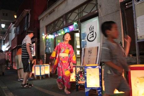 休業した老舗銭湯も開放し、昭和レトロな風情をアピールした「灯ろう祭り」