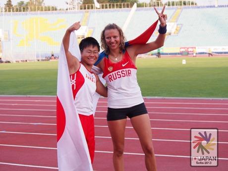 「デフリンピック2013」女子棒高跳びで銀メダルを獲得した佐藤麻梨乃選手(左)、1位のロシア選手と(写真提供=日本ろうあ連盟スポーツ委員会)