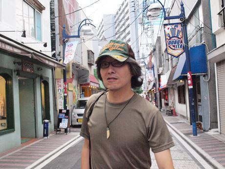 横須賀・どぶ板通りをロケハンする矢城潤一監督