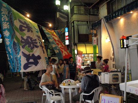 大漁旗を並べ、昭和レトロな下町情緒が漂う「みうら夜市」