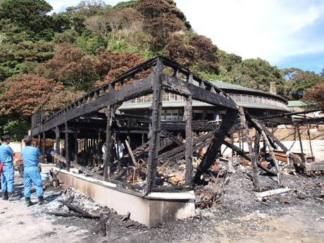 猿島火災で、海岸に建つレストハウス物販棟が全焼した