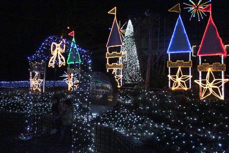 クリスマスイルミネーションとともに、音楽に合わせた創作花火を打ち上げる