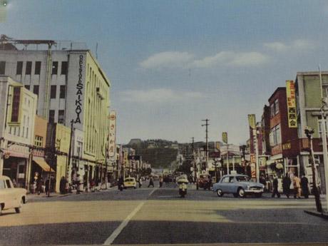 昭和30年代の横須賀・大滝町。昭和28年に新築された「さいか屋」も