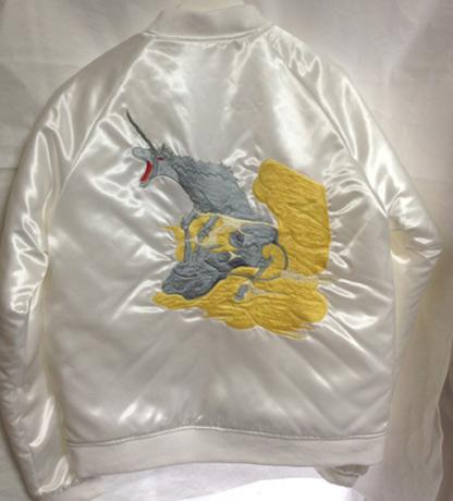 白いサテン生地にユニコーンの刺繍を入れた新デザインのスカジャン