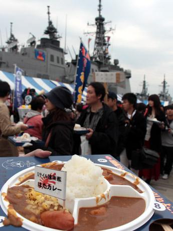海自横須賀地方総監部には、護衛艦カレーを求める長蛇の列ができた