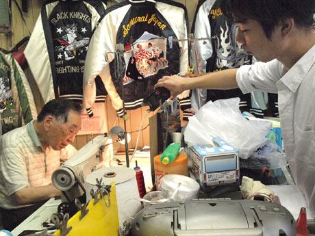 横須賀・どぶ板通りのスカジャン店を訪ね、刺繍ミシンの音を収録する大学生ら
