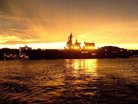 灯火を点した日米艦船などが見学できる横須賀本港クリスマス・クルージング