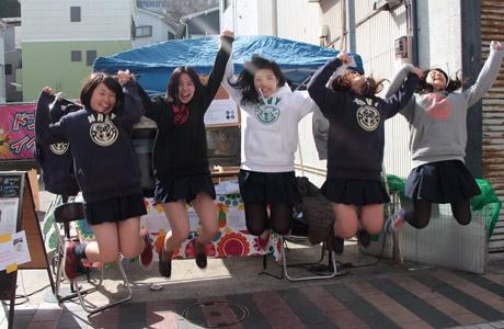 「ヨコスカネイビーパーカー」のイベント販売を実現し、喜びのジャンプをする女子高生たち