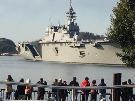 海自最大の護衛艦「いずも」が横須賀に入港。大勢の市民が見学に訪れた