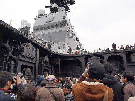 海自最大の護衛艦「いずも」。巨大な航空機用エレベーターを体験試乗