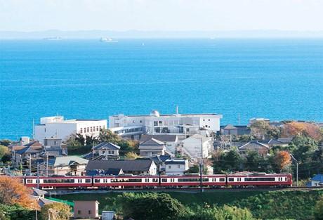 朝のラッシュ時に三浦・横須賀方面から着席できる「モーニングウイング号」