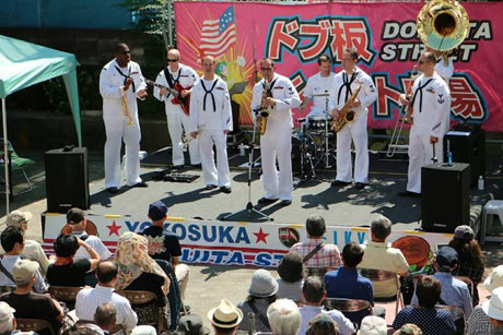 どぶ板通りで、米海軍第7艦隊音楽隊の演奏会も