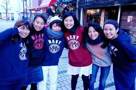「パーカーを着て横須賀を楽しもう」と呼び掛ける横須賀の女子大生チーム