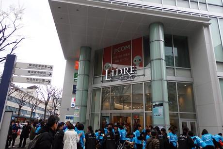 LIDREオープンセレモニーには、大勢の買い物客が集まった