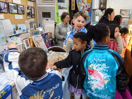 レンタルスカジャンを着て買い物を楽しむ横須賀バイリンガルスクールの子どもたち