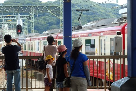 ラッピング電車や企画ツアーなど、鉄道ファンの人気も集める京急電鉄