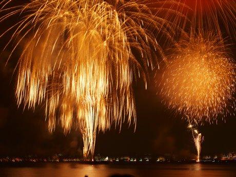 海上から5,000発を打ち上げる開国花火大会