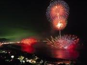 三浦海岸で納涼まつり花火大会 「水中孔雀」など3,000発