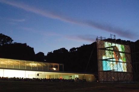 横須賀美術館の海が見える広場で野外シネマを上映