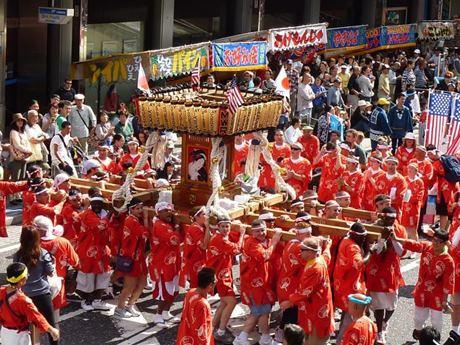 横須賀中央大通りを練り歩く「みこしパレード」