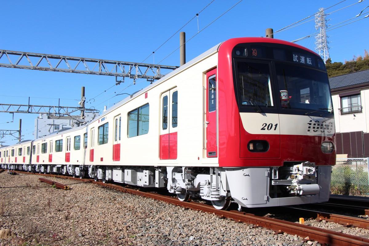 塗装途中の新1000形「白い京急電車」が試運転