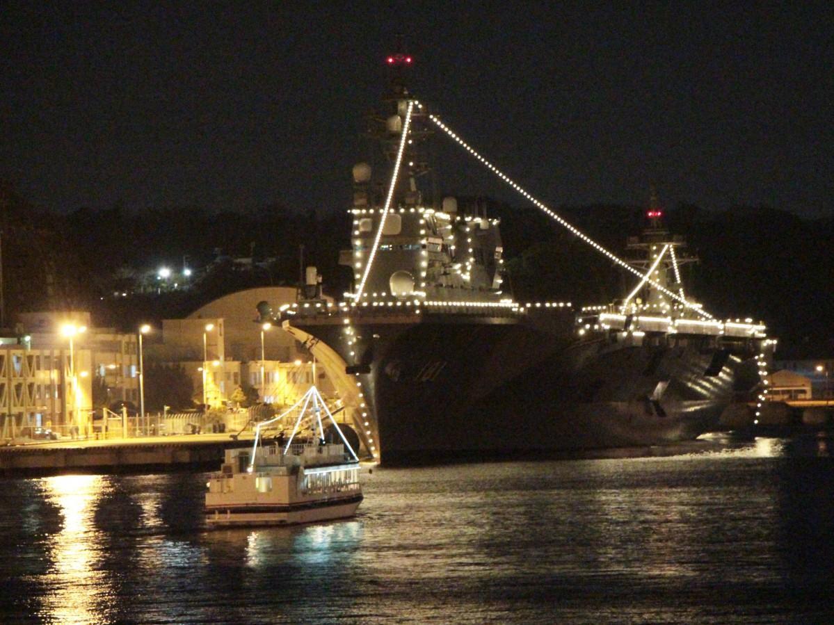 日米艦船イルミネーションに彩られる横須賀本港(前回の様子)