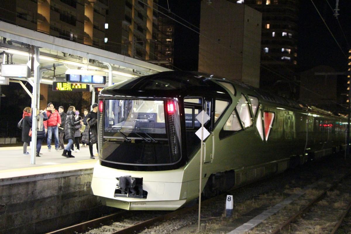 大晦日、JR横須賀駅に到着した豪華寝台列車「四季島」