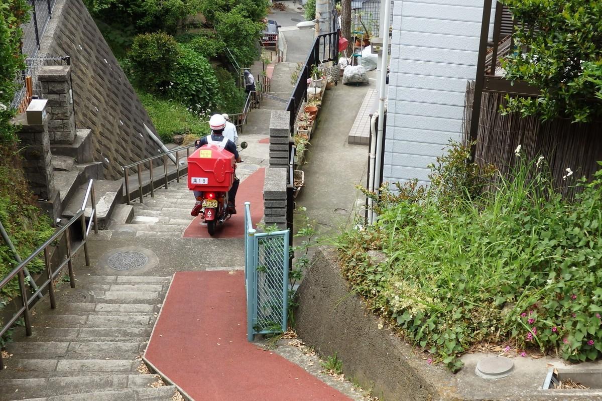 長い坂道や200段超の階段が続く汐入(しおおり)地域